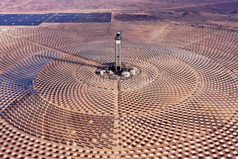 Placas solares dispostas em um grande círculo formam a usina
