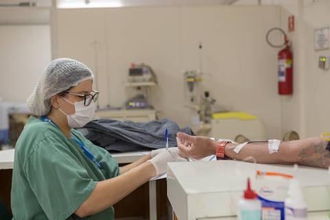 SÃO PAULO, SP, BRASIL, 09-06-2021 - DOAÇÃO DE SANGUE NO HOSPITAL DO SERVIDOR PÚBLICO ESTADUAL - Hugo Calebe da Silva Campos, 35 anos, auxiliar jurídico. Levantamento feito pelo Hospital Público do Servidor Estadual mostra que uma a cada oito transfusões de sangue feitas no hospital é para pacientes com Covid-19. Os estoques de sangue, porém, continua baixo. (Foto: Ronny Santos/Folhapress, CIDADES)
