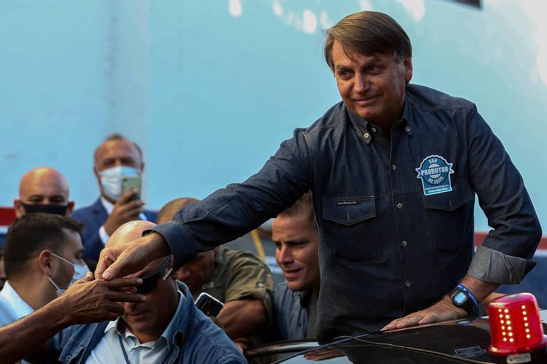 O presidente Jair Bolsonaro cumprimenta apoiadores ao sair de um culto evangélico em Anápolis (GO) nesta quarta-feira (9)