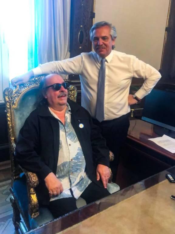 O músico argentino Litto Nebbia sentado na cadeira do presidente Alberto Fernández, na Casa Rosada