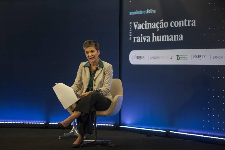 Silvia Correia faz a mediação do webinário sobre vacinação contra a raiva
