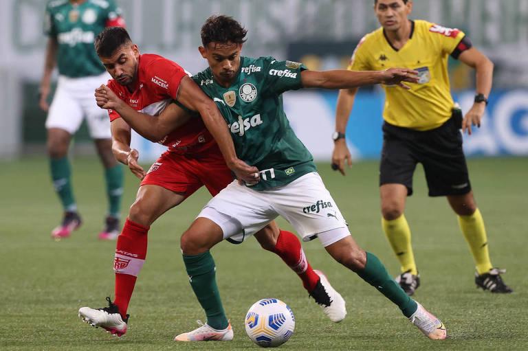Gustavo Scarpa (à dir.) disputa a bola durante partida entre Palmeiras e CRB