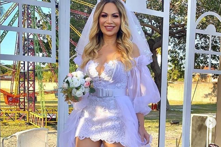 A cantora Solange Almeida vestida de noiva para projeto