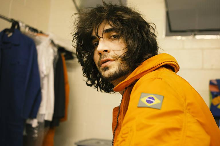 Fiuk com figurino de astronauta para clipe 'Big Bang'