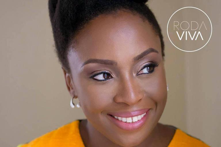 Foto do rosto da escritora nigeriana Chimamanda Ngozi Adichie
