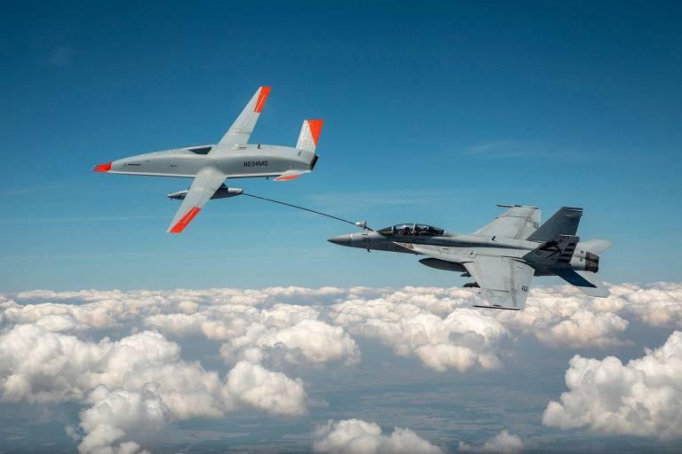 Drone reabastece caça da Marinha americana durante teste