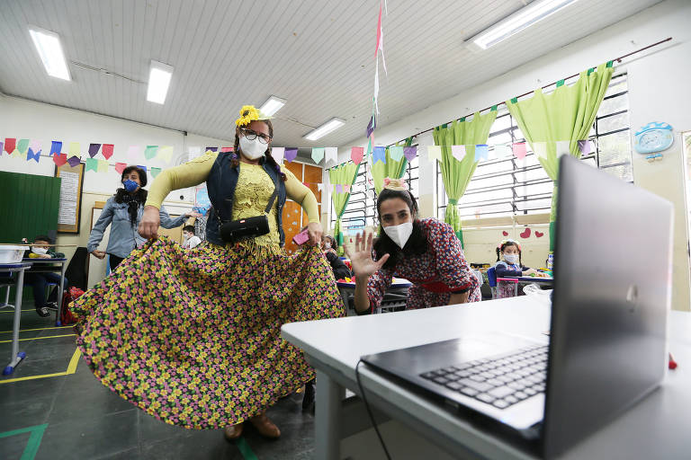 A Emef (Escolas Municipais de Ensino Fundamental) Marechal Deodoro da Fonseca, no Butantã (zona oeste), faz uma festa hibrida para que alunos do ensino remoto e presencial possam participar