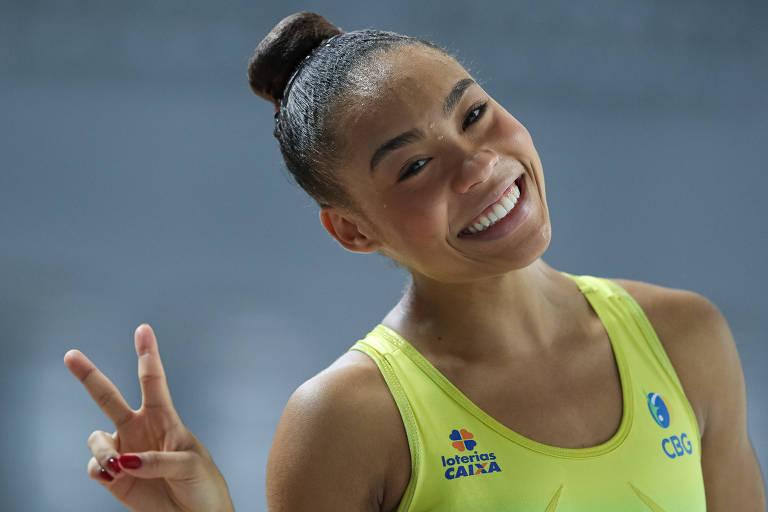 Geovanna dos Santos sorri durante treino da seleção brasileira de ginástica rítmica
