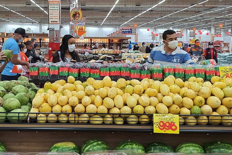 Salários encolhem com reajustes baixos e inflação disparada