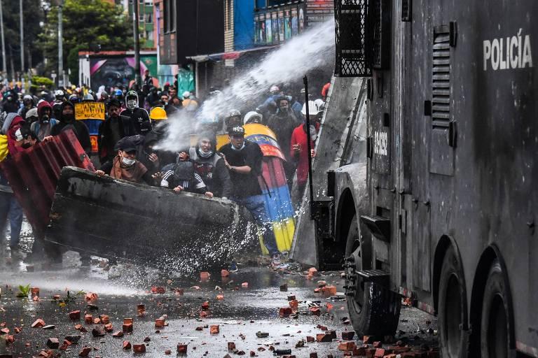 Polícia dispara jato de água contra manifestantes durante protesto em Bogotá