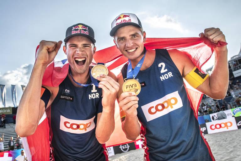 Anders Berntsen Mol e Christian Sandlie Sorum, da Noruega, comemoram ouro na etapa de Gstaad, na Suíça, do Circuito Mundial