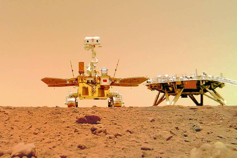 O rover chinês Zhurong ao lado do módulo de pouso da missão Tianwen-1, que colocou o jipinho em Marte