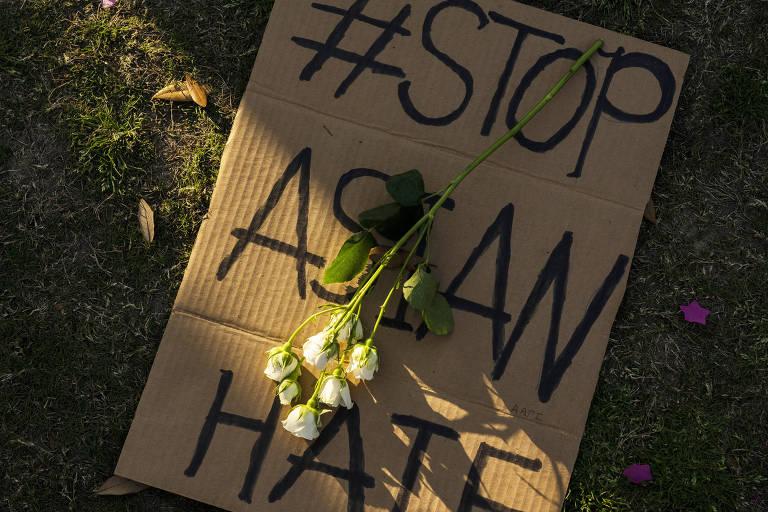 Flor sobre cartaz com a frase 'fim ao ódio a asiáticos' em vigília em Houston, no Texas