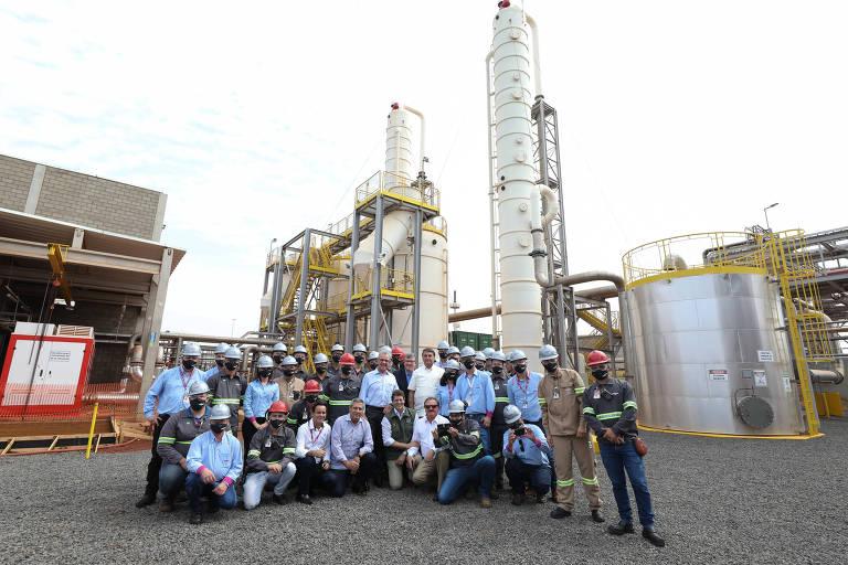 O presidente Jair Bolsonaro, ao lado de governistas e trabalhadores, em visita a uma planta de biogás no interior de SP