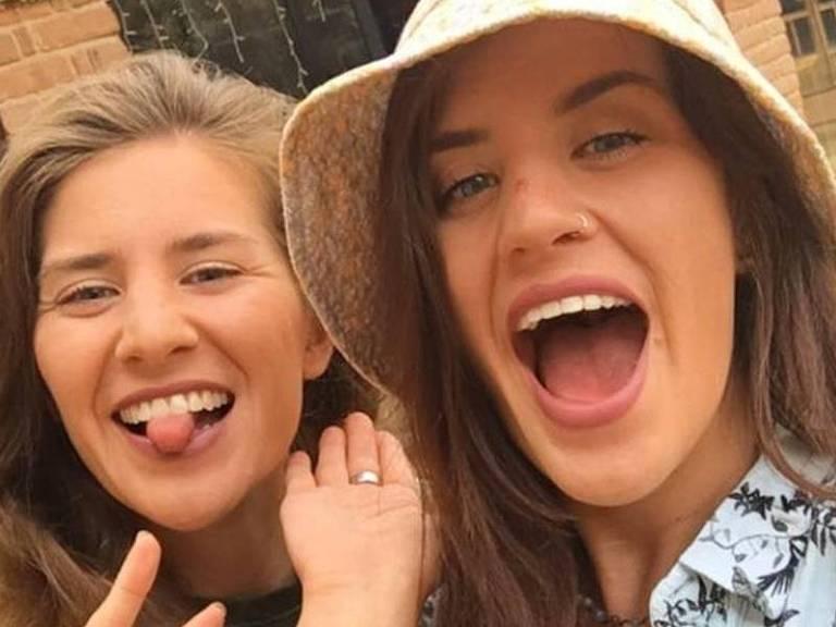 Georgia e Melissa estavam nadando em uma lagoa no México quando o crocodilo atacou