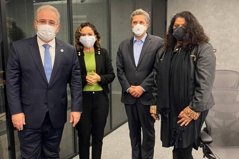 Ministro Marcelo Queiroga com Juvandia, da Contraf, e Ivone, do sindicato