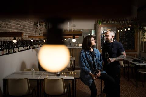 SAO PAULO/ SP, BRASIL, 08.06.2021. -  O chef Lucas Dante e a Sommeliere Gabrielli Fleming, casais que comandam restaurantes juntos. Coronavirus o COVID-19.  (Foto: Zanone Fraissat/Folhapress, GUIA)***EXCLUSIVO****