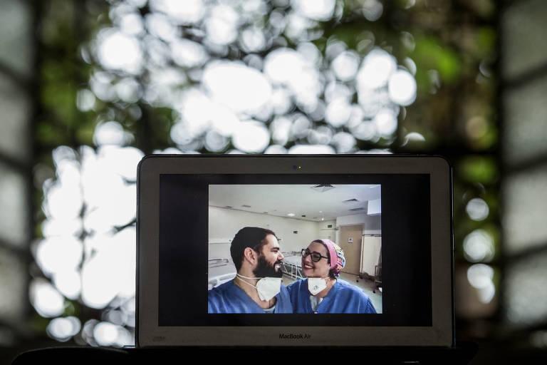 A enfermeira e coordenadora assistencial do Hospital de Campanha Vitória, Mariana Amaral Cavalieri, 41, e o coordenador medico Thiago Siervo Camargo Neves, 35, se conheceram em maio de 2020 durante o trabalho no hospital. Hoje, eles moram juntos