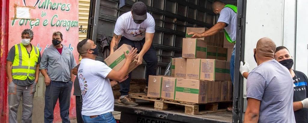Distribuição de cestas de alimentos na Associação Mulheres de Força e Coragem, na zona sul de São Paulo