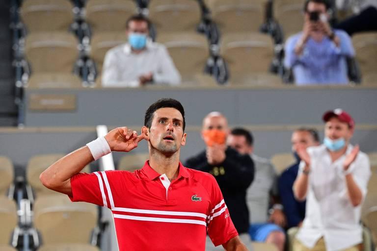 Djokovic leva a mão ao ouvido para pedir interação com o público