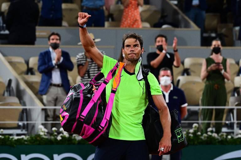 Rafael Nadal deixa a quadra frustrado após a sua terceira derrota em Roland Garros