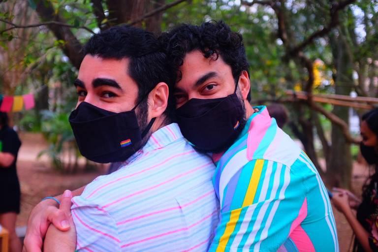 Casal de homens usa máscara preta