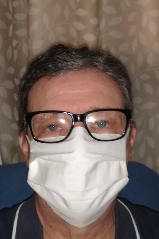 Homem usa máscara branca