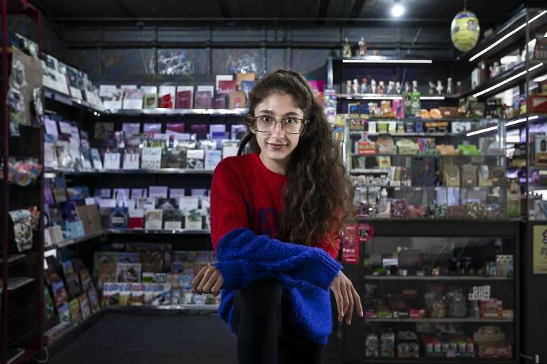 Sheriheen Guezzeui em sua banca, a Trago Notícias, na Vila Cordeiro, em São Paulo