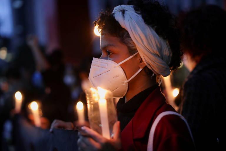 Durante ato em São Paulo, pessoa segura uma vela enquanto ativistas do movimento negro oram por Kathlen Romeu, mulher negra que estava grávida e foi morta a tiros em operação policial em favela no Rio de Janeiro