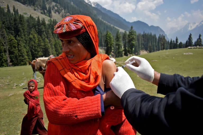 Falta de doses para jovens na Índia trava maior programa de vacinação do mundo