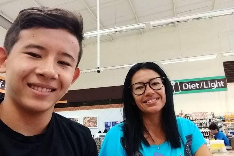 A cearense Marcia Viana, 39, que há cerca de 16 anos não tem notícia do companheiro, com o filho, Masayoshi Viana Yano, 18