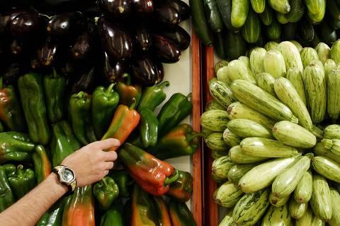 ORG XMIT: 483401_1.tif Gôndola com frutas e legumes do supermercado Econ. (São Paulo (SP). 19.07.2006. Foto de Renato Stockler/Folhapress. Negativo: SP 06566-2006)