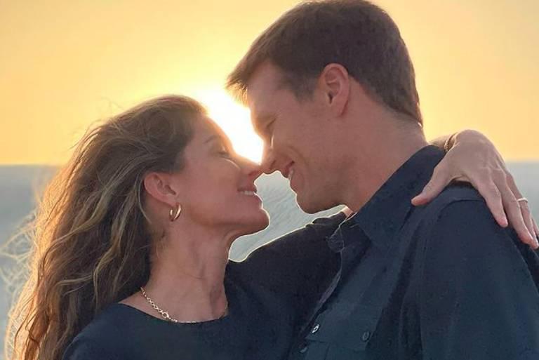 """Gisele Bündchen publicou uma foto apaixonada com Tom Brady e escreveu: """"Te amo, meu eterno namorado"""""""