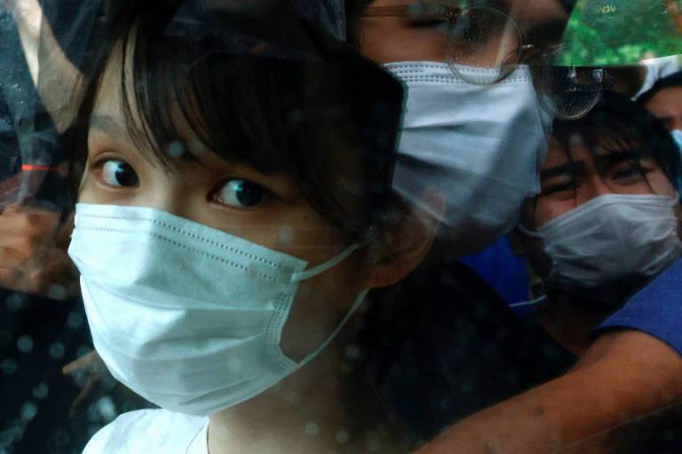 A ativista pró-democracia de Hong Kong Agnes Chow ao sair da prisão, onde passou sete meses