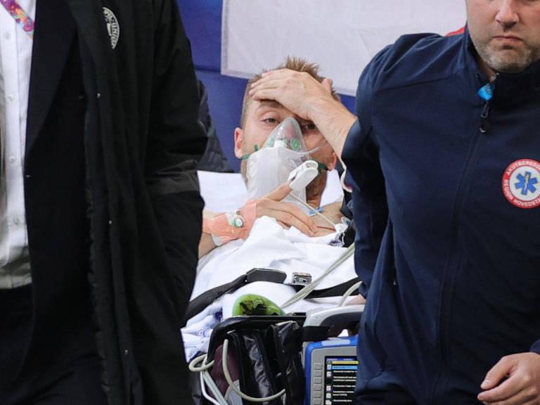 Christian Eriksen deixa o gramado do estádio em Copenhague