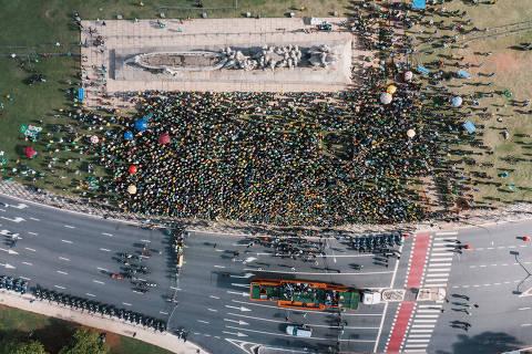 Após motociata, Bolsonaro cita Deus e militares, enaltece PM-SP e cloroquina e ataca isolamento