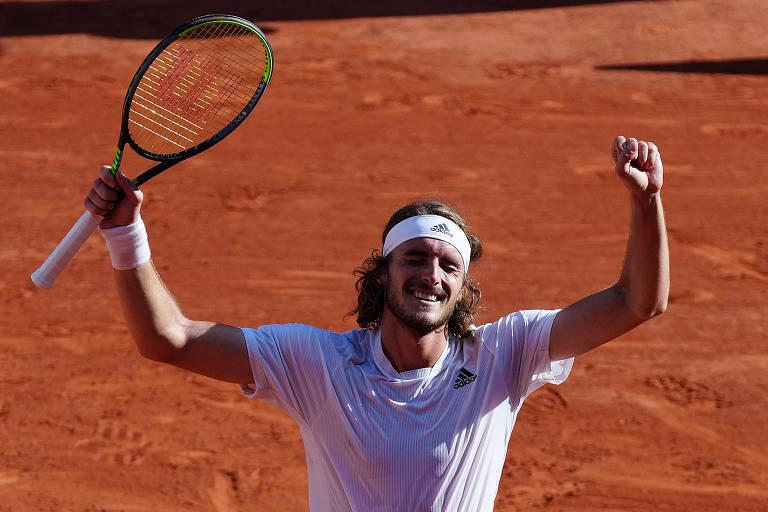 Stefanos Tsitsipas comemora vitória sobre Alexander Zverev nas semis de Roland Garros