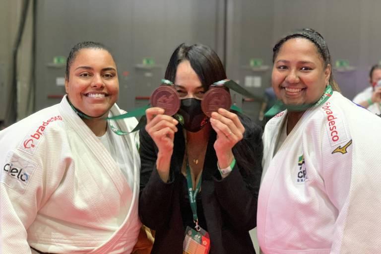 Maria Suelen Altheman, a técnica Rosicleia Campos e Beatriz Souza com as medalhas do Mundial