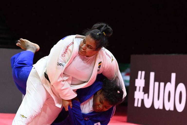 Judoca de branco derruba judoca de azul