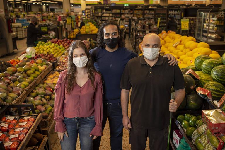 Os sócios da startup Inclue Rodrigo Pires e Sonny Pólito, ao lado da gerente de Inovação do GPA, Monique Cavaletti, posam para foto no corredor de supermercado