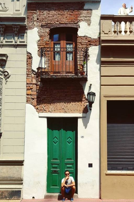 """A rua San Lorenzo, em Buenos Aires, é a mais legal do mundo para o engenheiro Victor Mora. Ela merece o título, segundo ele, porque é onde está """"La Casa Mínima"""". """"Esta casa é considerada uma das mais estreitas do mundo e não pude deixar de tirat uma foto nela"""", diz"""