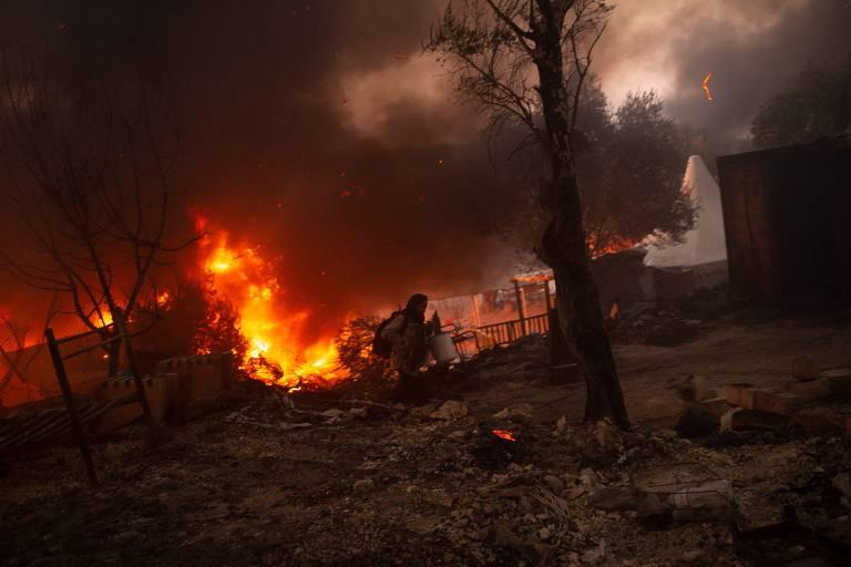 Afegãos são condenados a 10 anos de prisão por incêndio em campo de refugiados na Grécia