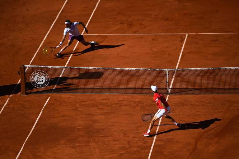 Imagem distante mostra os dois atletas se movimentando próximos da rede