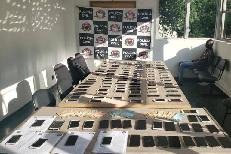 mesas cheias de celulares roubados