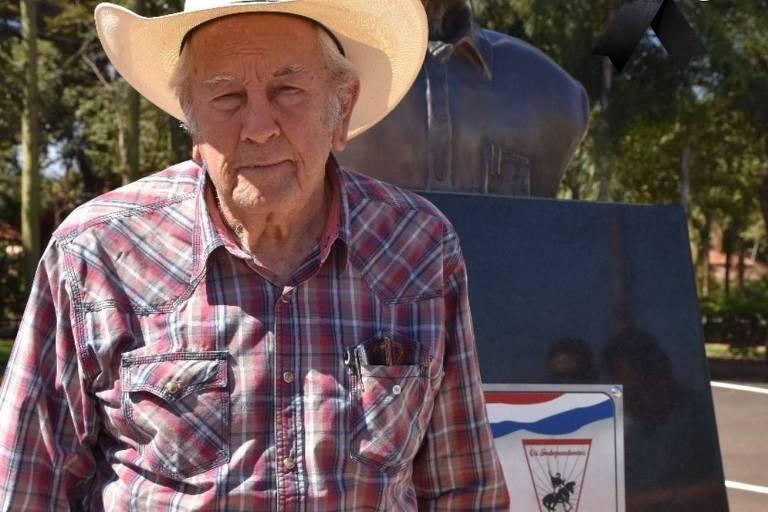 Imagem mostra homem de camisa xadrez e chapéu