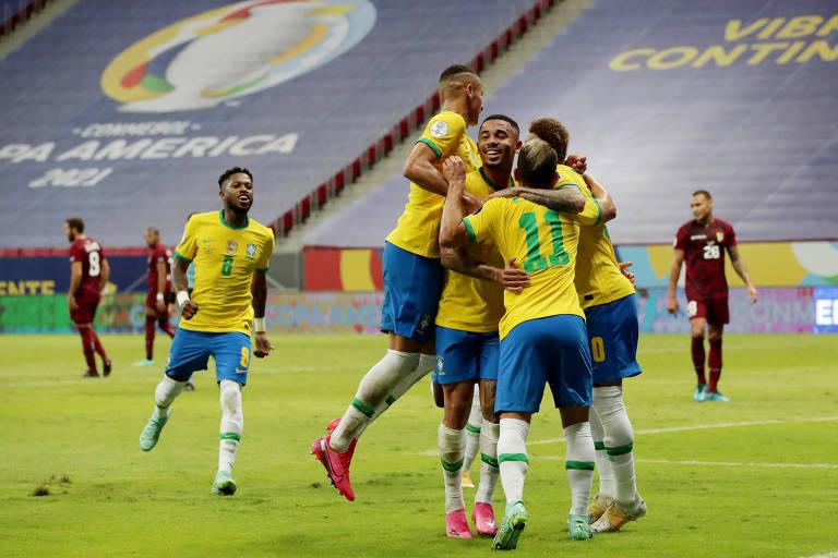 Brasileiros comemoram gol contra a Venezuela