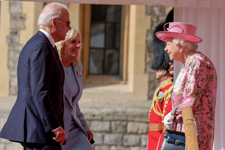 Biden toma chá no castelo com Elizabeth 2ª e a convida a ir à Casa Branca