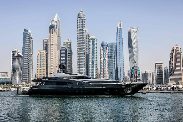 Iate de luxo atracado na Praia da Marina de Dubai, no emirado do Golfo; ao fundo há alguns arranha-céus