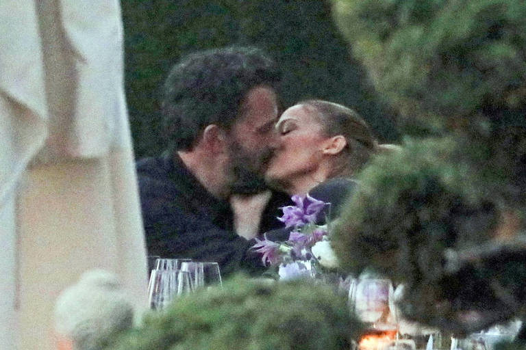 Jennifer Lopez e Ben Affleck são flagrados aos beijos durante jantar