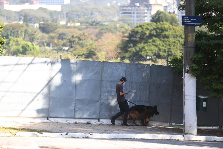 Mesmo sem consulta pública, prefeitura coloca grades na praça Pôr do Sol, em SP